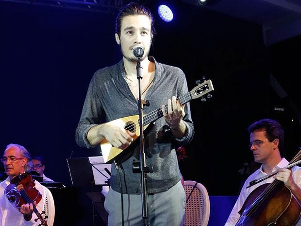 Tiago Iorc canta durante a festa a música de abertura de Sete Vidas (Foto: Isabella Pinheiro/Gshow)