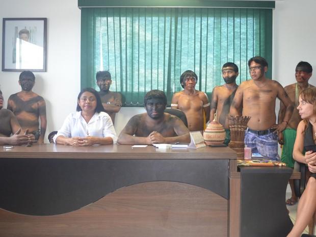 A coordenadora interina (de branco) participa de reunião com lideranças indígenas; à direita, vestida de preto, a representante do MS (Foto: Érico Veríssimo/G1RR)