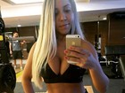 Mulher Melão faz selfie com top decotado