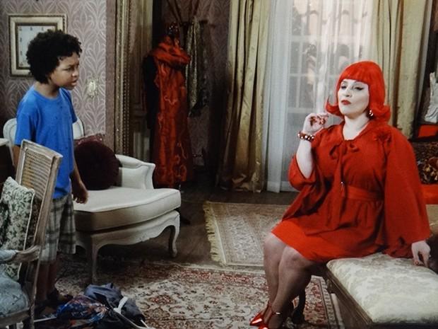 O menina conversa com o espírito, que revela seu verdadeiro nome (Foto: TV Globo)