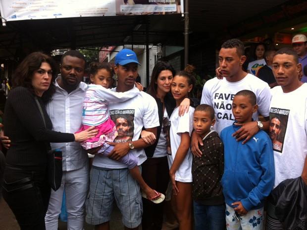 Diretora Paula Lavigne e atriz Fernanda Paes Leme prestaram solidariedade aos filhos de Amarildo de Souza (Foto: Cristiane Cardoso/G1)