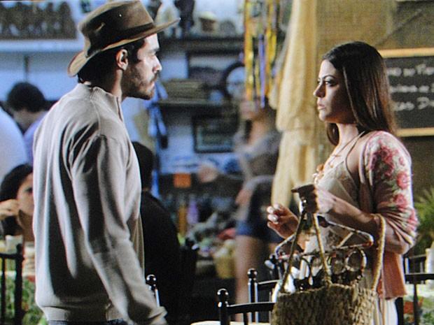 Jacira e Tobias se esbarram no São Jorge, mas ela não fala de gravidez (Foto: Amor Eterno Amor/TV Globo)