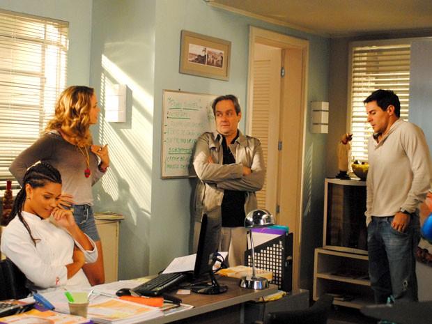 Enquanto Rosário e Inácio discutem, Dinha se delicia (Foto: Cheias de Charme / TV Globo)