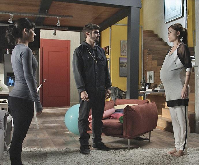 Margot faz exercícios de yoga na reta final da gravidez (Foto: TV Globo)