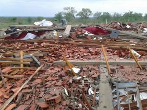 Obreiro da igreja ficou preso debaixo dos escombros e acabou morrendo (Foto: G1)