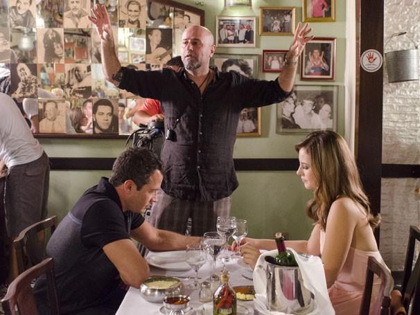 Paolla Oliveira e Malvino Salvador gravam em um restaurante de São Paulo (Foto: TV Globo / Bob Paulino)