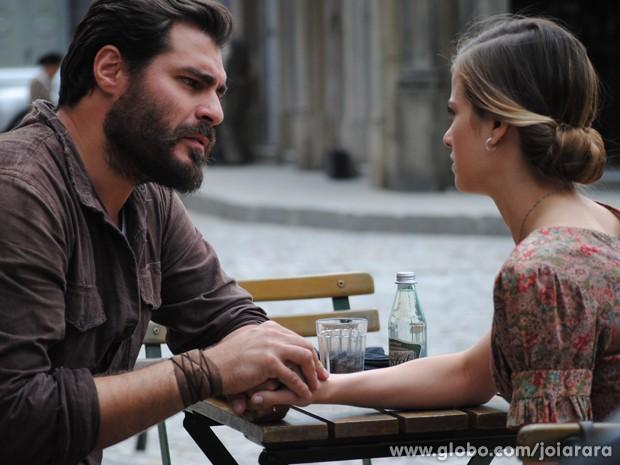 Hilda se encontra com Toni para revelar a verdade sobre sua identidade (Foto: Joia Rara/TV Globo)