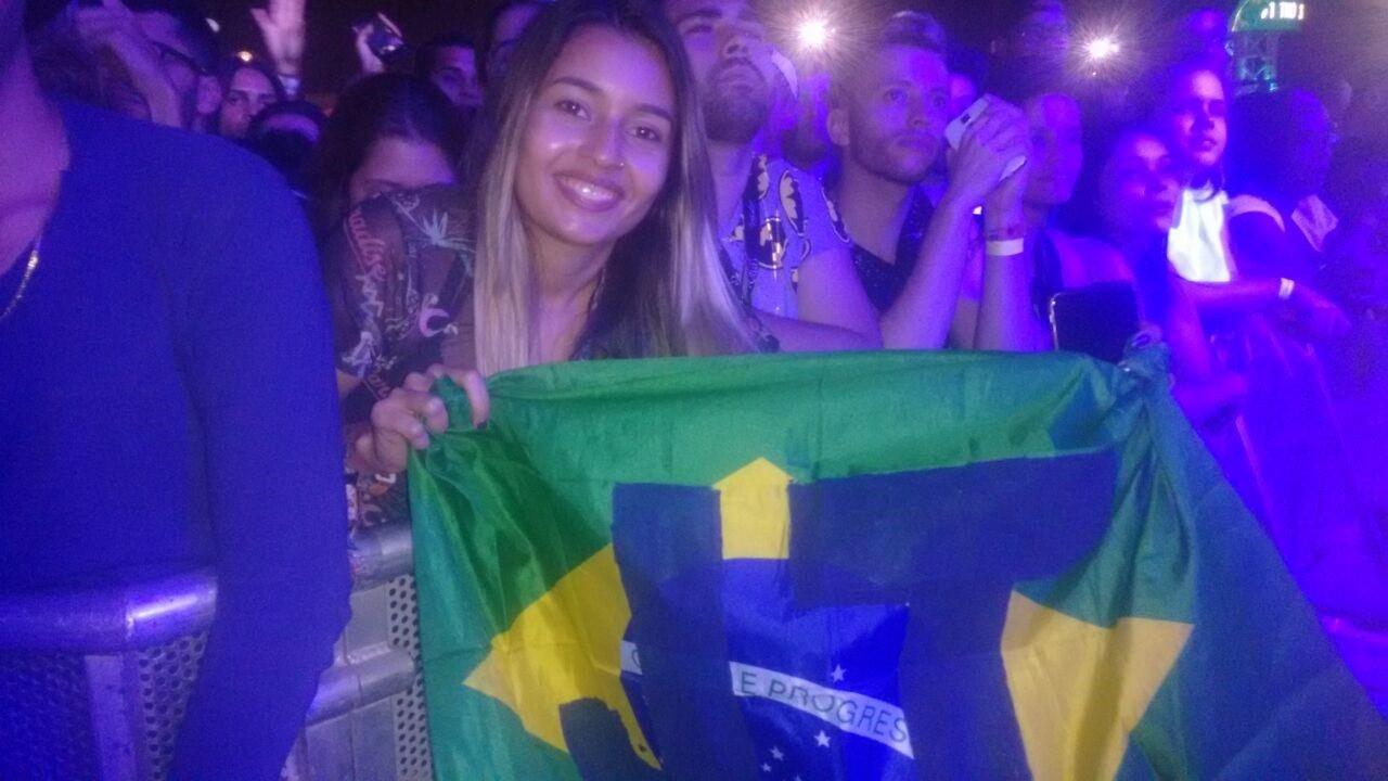 Dorian mostra a bandeira do Brasil que Justin Timberlake assinou (Foto: Multishow)