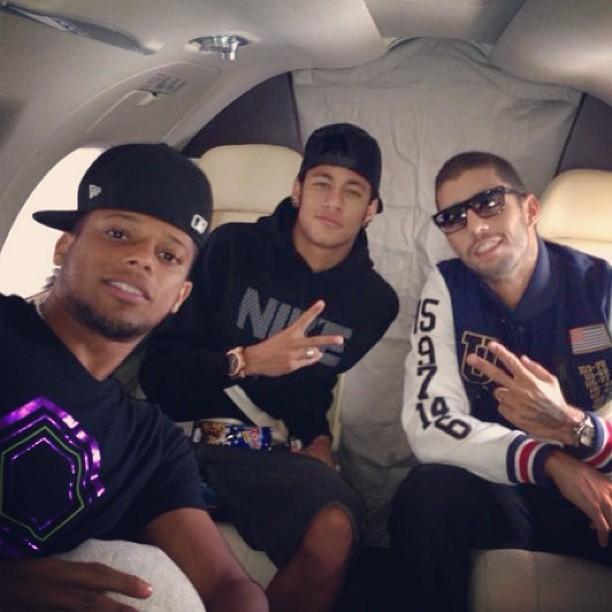 Neymar também postou uma foto em seu Instagram em que aparece ao lado de Pedro Scooby e do jogador do Santos André (Foto: Reprodução)