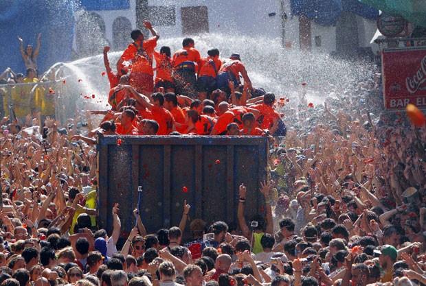 Segundo os organizadores, 125 toneladas de tomates devem fazer festa dos cerca de 22 mil participantes (Foto: Alberto Saiz/AP)