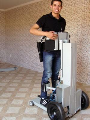 Cadeira permite que pessoas com deficiência física possam ficar de pé e se locomover (Foto: Daniela Ayres)