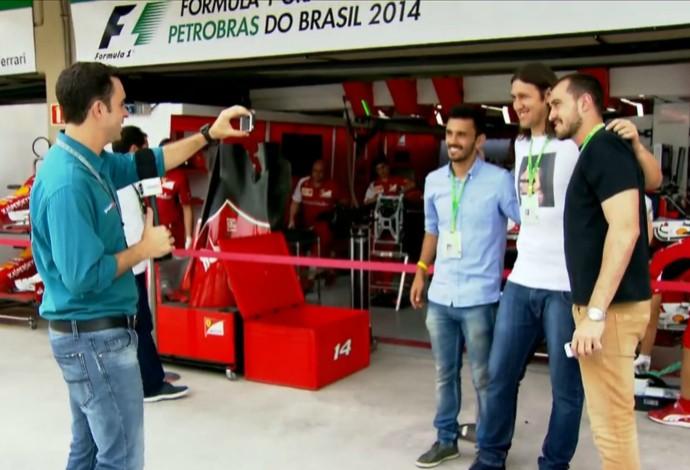 Trio de corintianos posa para foto em frente aos boxes da Ferrari em Interlagos (Foto: TV Globo)