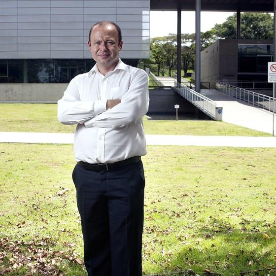 Giovanni no campus da USP.Como pesquisador milita pelos superdotados (Foto: Rogério Cassimiro/ÉPOCA)