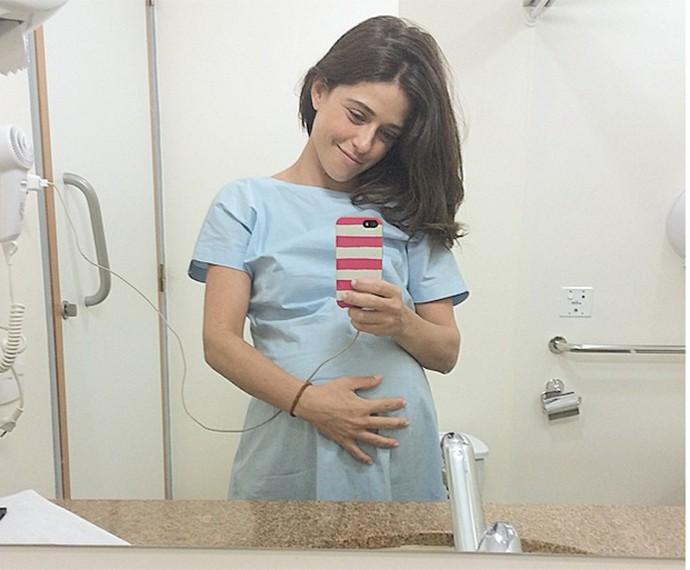 A atriz com uma barriga falsa, mas pensa em ter mais um filho (Foto: Arquivo Pessoal)