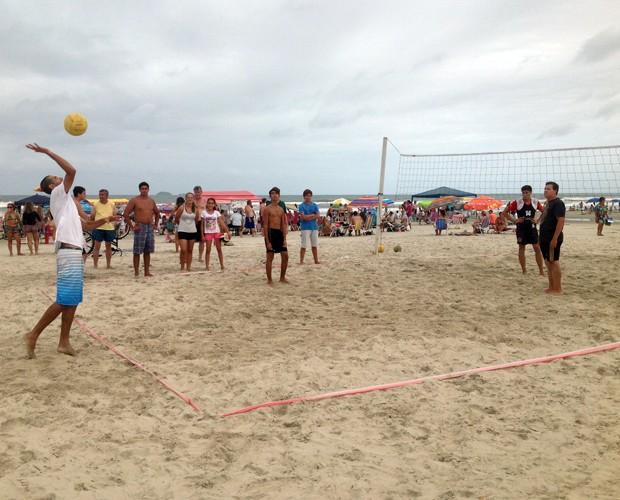 Teve quem aproveitou para jogar uma partida de voleibol (Foto: Divulgação/RPC)