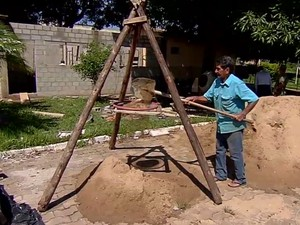 Pedreiro se voluntaria para ajudar a construir e fazer reparos em escola de Goiânia, Goiás (Foto: Reprodução/TV Anhanguera)