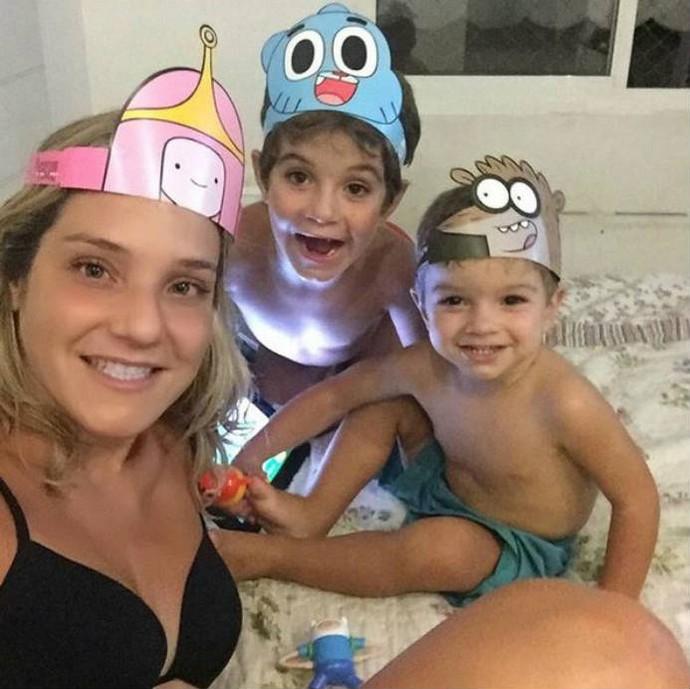 Juliana Veloso com seus dois filhos (Foto: Reprodução)