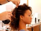 Veja o passo a passo e aprenda a fazer o coque lateral, em versão para cabelos crespos e encaracolados