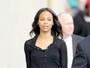 Sem suti, Zoe Saldana  trada por blusa transparente