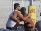José Loreto vai a praia e ganha abraço de fã