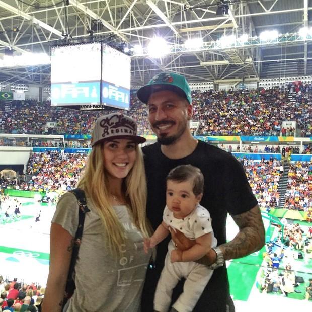 Aline Gotschalg e Fernando Medeiros levam o filho a jogo de basquete (Foto: Reprodução/Instagram)