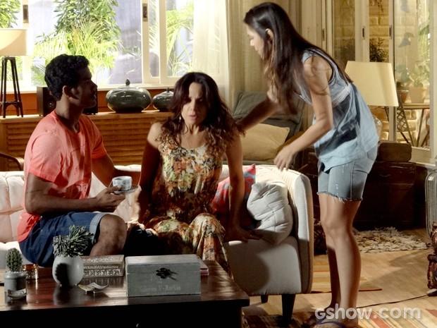 Jairo e Guiomar acodem Juliana que sente dor no ventre após discussão com Iolanda (Foto: Em Família / TV Globo)