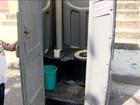 Sem água, moradores de bairro do Rio instalam banheiro químico na rua