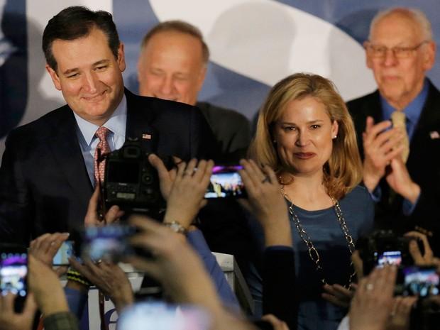 Ted Cruz sorri ao lado de sua mulher, Heidi, após ser declarado vencedor do caucus republicano em Iowa, na segunda (1º) (Foto: Reuters/Jim Young)