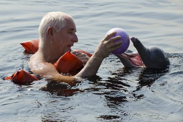O autor brinca com uma bola com Meteco, o mais folgazão dos botos de São Thomé. Meteco acabou levando bola para as profundezas do rio Negro.  (Foto: Haroldo Castro/ Época)