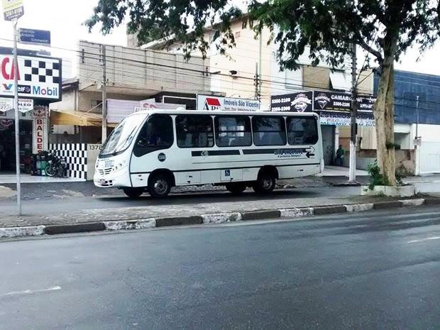 Lotações fazem o transporte público em São Vicente (Foto: Cássio Lyra/G1)
