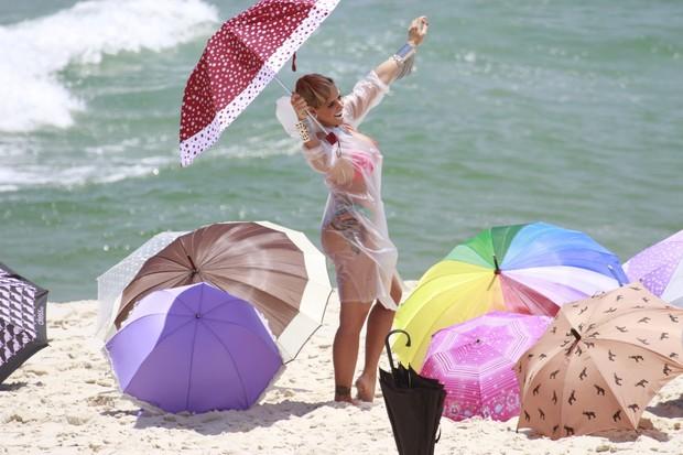 Denise Rocha na praia (Foto: Dilson Silva/AgNews)