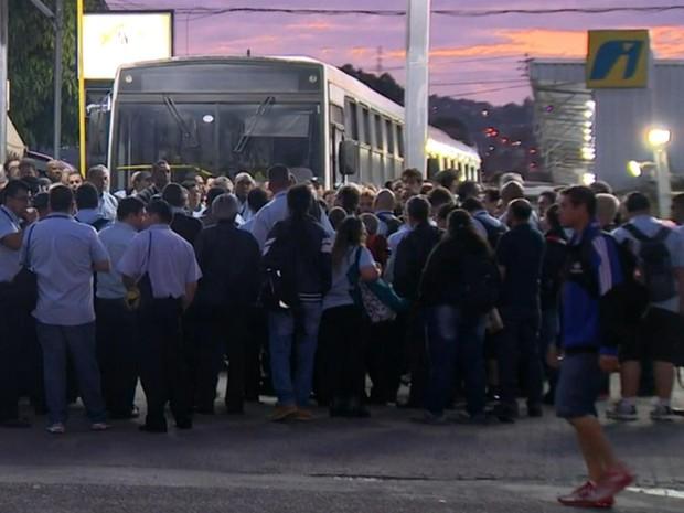 Rodoviários da Carris decidem se saem ou não para trabalhar (Foto: Reprodução/RBS TV)