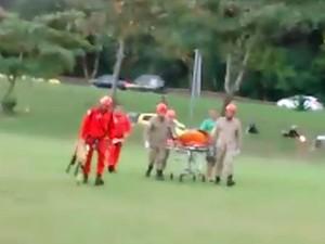 Corpo foi levado por bombeiros até o Pepino, onde foi colocado em uma ambulância (Foto: Enviado por Whatsapp)