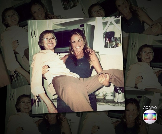 Ellen Roche carrega a mãe (Foto: TV Globo)