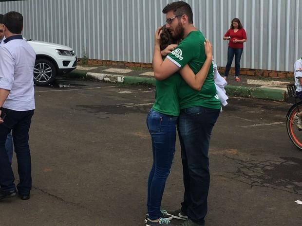 Torcedor Marcelo Weber abraça outra torcedora na Arena Condá (Foto: Diego Madruga/G1)