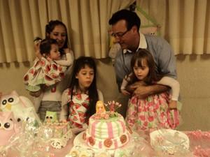 Carla, o marido e as três filhas (Foto: Arquivo pessoal)
