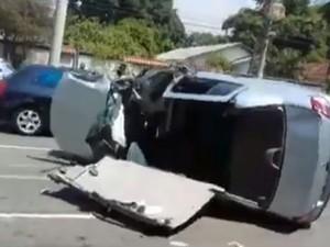 Carro capotou na Ilha do Governador (Foto: Reprodução / Enviado por Whatsapp)