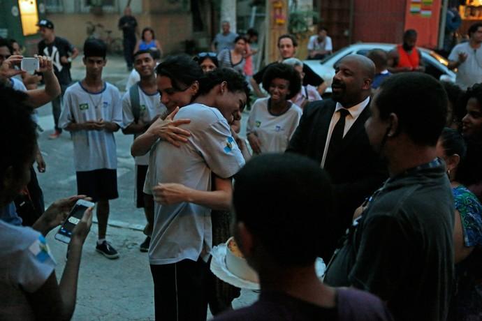 Juan recebe o carinho da mãe da ficção Malu Galli (Foto: Pedro Carrilho / Gshow)