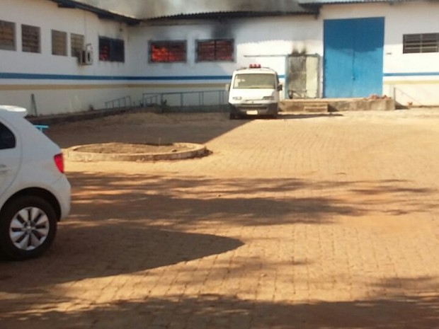 Incêndio tomou conta do alogamento da unidade (Foto: Ana Paula Rehbein/TV Anhanguera)