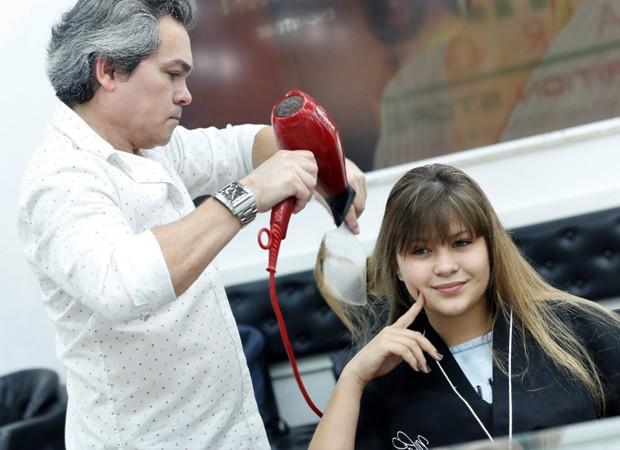 Nikki Meneghel cuida dos cabelos em salão de beleza (Foto: Divulgação)