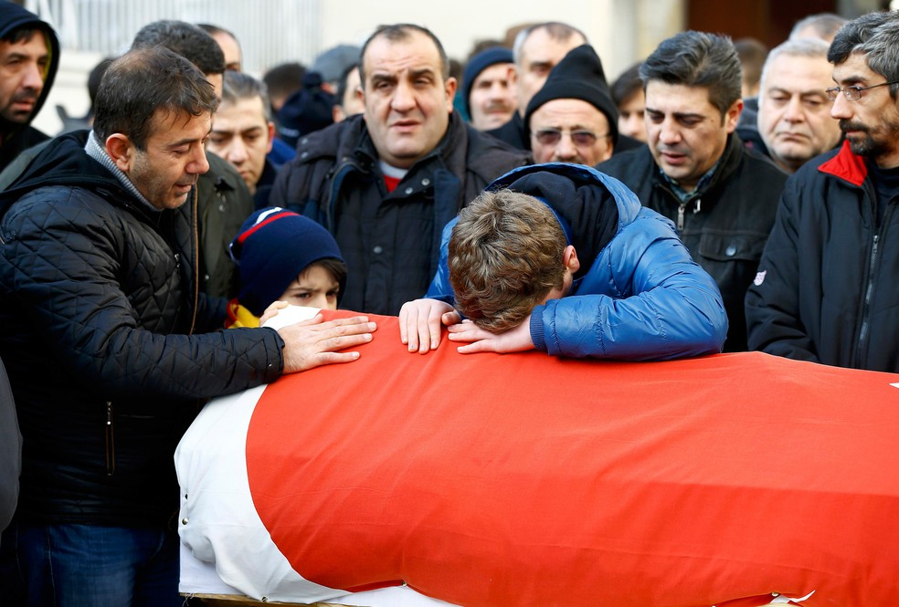 Familiares acompanham funeral de Ayhan Arik, uma das vítimas de ataque na boate Reina  (Foto: Reuters/Osman Orsal)