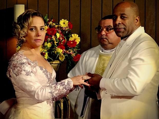 Os noivos reparam na presença do jogador, principalmente, Monalisa (Foto: Avenida Brasil / TV Globo)