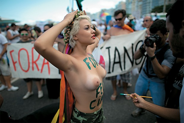 CORPO EM EVIDÊNCIA 1. Uma ativista protesta contra a homofobia no Rio de Janeiro (Foto: Paul Hackett/Reuters)