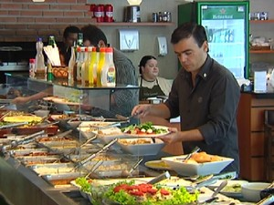 Optar por saladas em um restaurante por quilo é uma boa saída (Foto: Reprodução / TV Tem)