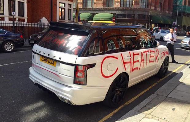 """Range Rover é pichado em Londres com a palavra """"traidor"""" (Foto: Reprodução/Twitter)"""