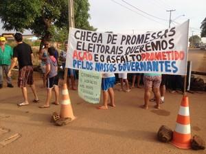 Moradores protestam por asfalto nas Ruas Fabiana e Marineide  (Foto: Ísis Capistrano/ G1 )