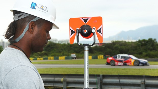 Stock Car - Cacá Bueno treina no Rio de Janeiro enquanto operário trabalha no novo complexo olímpico (Foto: Luca Bassani / Stock Car)