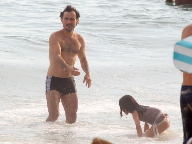 Enrique Díaz com a filha em praia na Zona Sul do Rio (Foto: J. Humberto/ Ag. News)