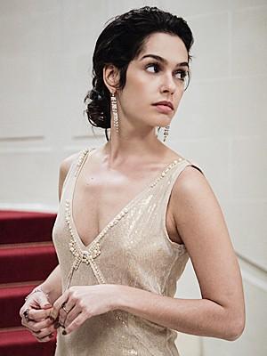 Decote do vestido de Camila tem pérolas (Foto: Raphael Dias / TV Globo)