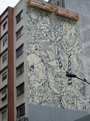 Mural em preto e branco já está pronto na Rua da Consolação (Foto: Victória Brotto/G1)